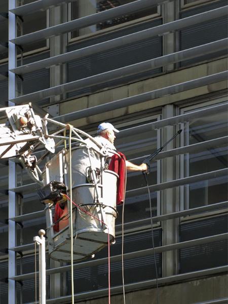 Pranje prozora na zgradi